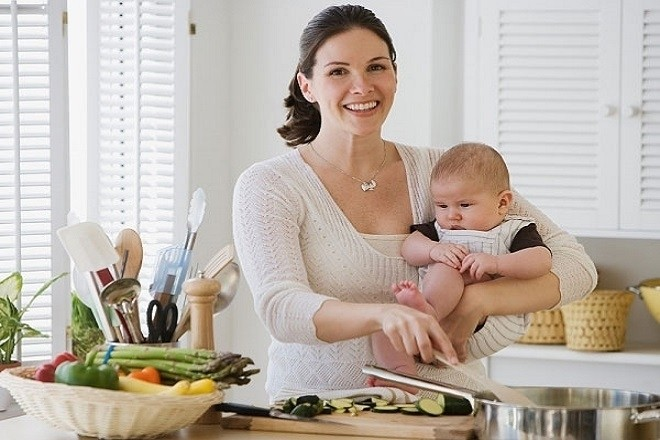 mẹ nấu đồ ăn dặm cho trẻ sơ sinh