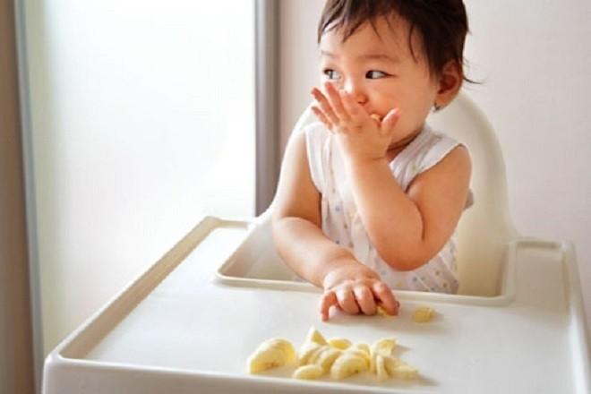 bé sơ sinh ăn chuối