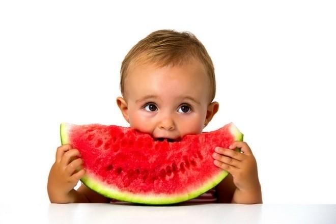 trẻ sơ sinh ăn dưa hấu