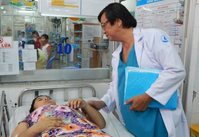 bác sĩ bệnh viện nhi đồng 1 khám bệnh nhân