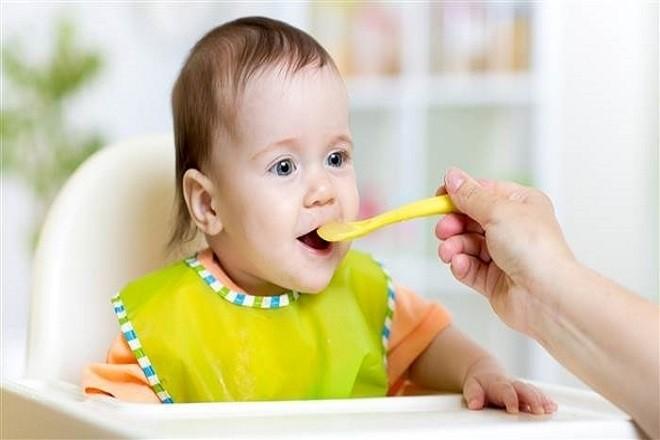 mẹ đút đồ ăn dặm cho bé