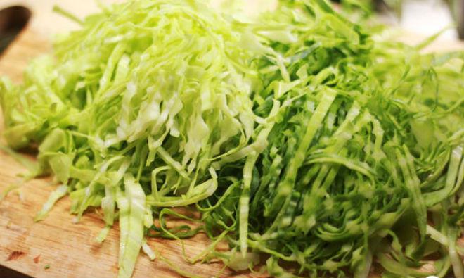 bắp cải bóc lớp ngoài, thái sợi nhỏ