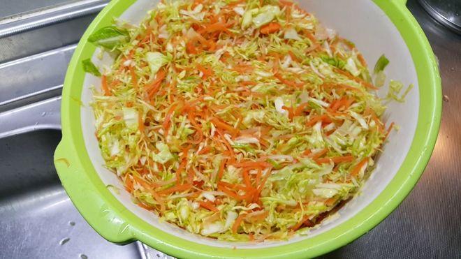 bắp cải, cà rốt bào sợi và ngâm nước muối loãng