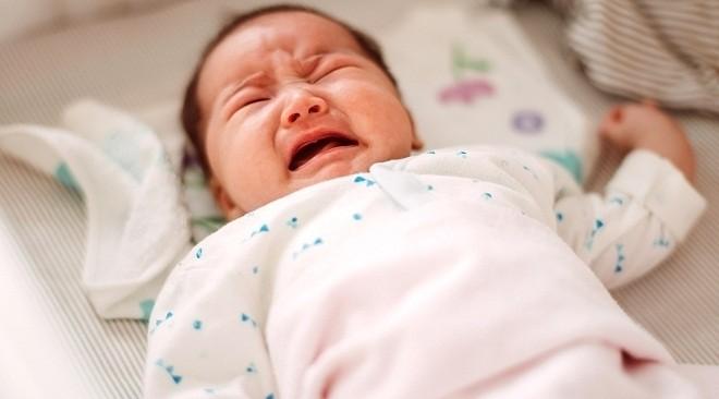 trẻ sơ sinh bị táo bón nên khóc gắt