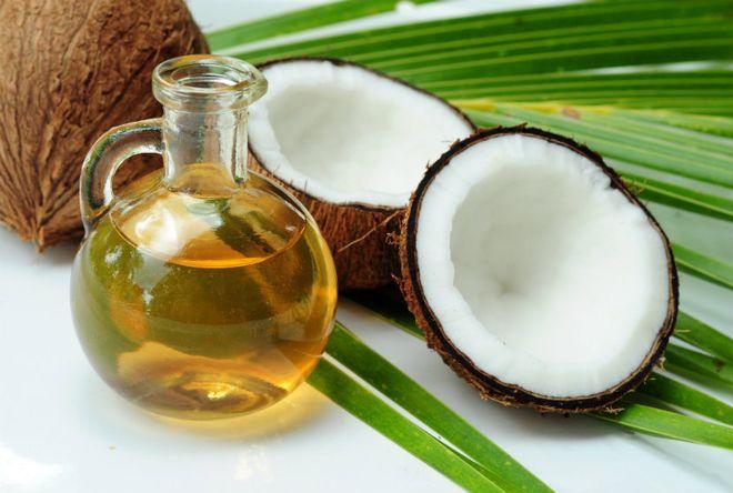 dầu dừa là nguyên liệu phổ biến để chữa nẻ cho bé