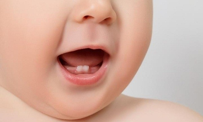 bé mọc được hai chiếc răng ở hàm dưới