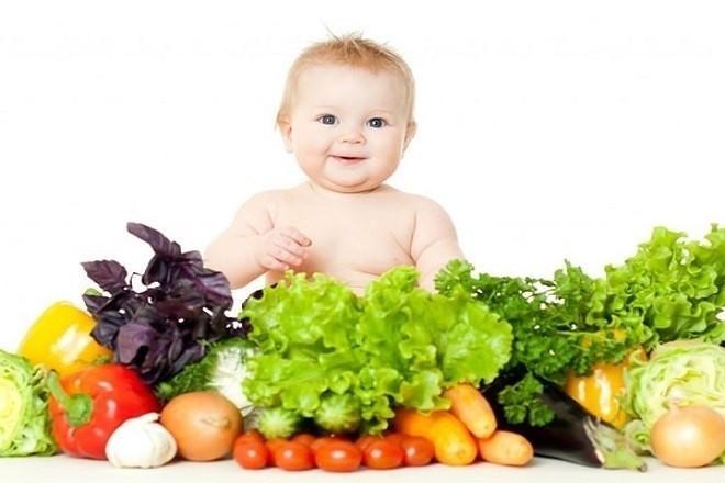 bé và trái cây rau củ