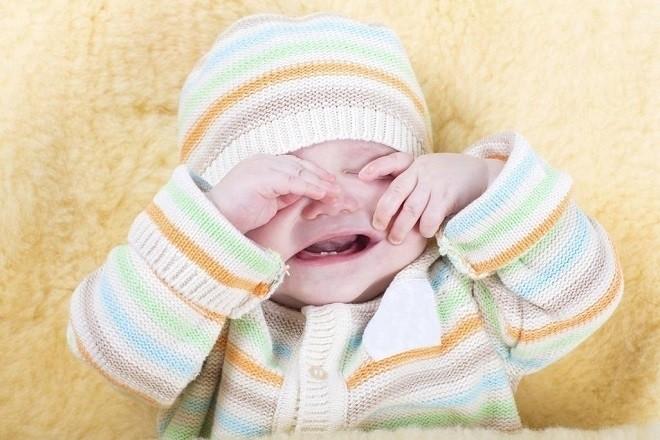 trẻ sơ sinh thở khò khè quấy khóc