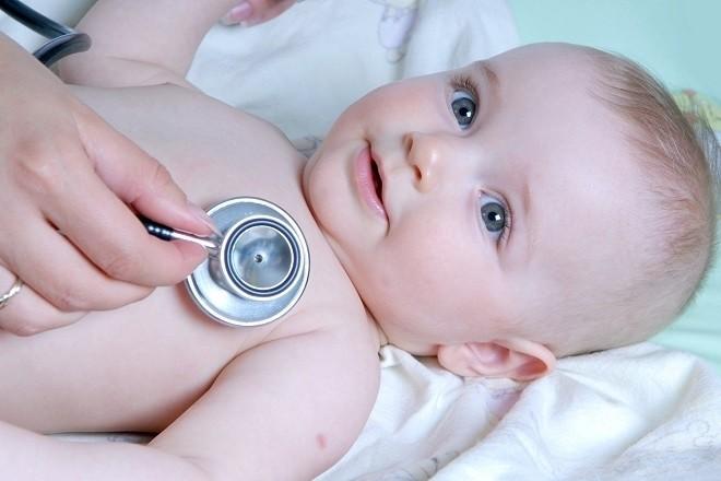 khám bệnh cho trẻ sơ sinh thở khò khè