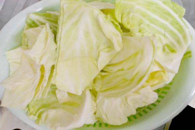 Rửa sạch bắp cải, thái miếng vừa ăn.