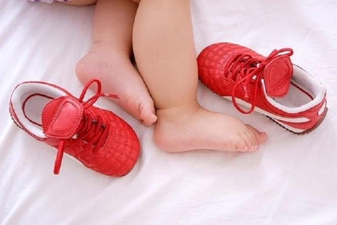đôi chân bé và đôi giày đỏ