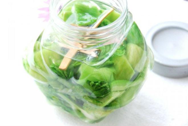 xếp rau cải vào bình, đổ nước sao cho ngập mặt rau