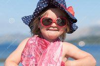 Có nên đeo kính râm cho trẻ khi ra ngoài nắng?