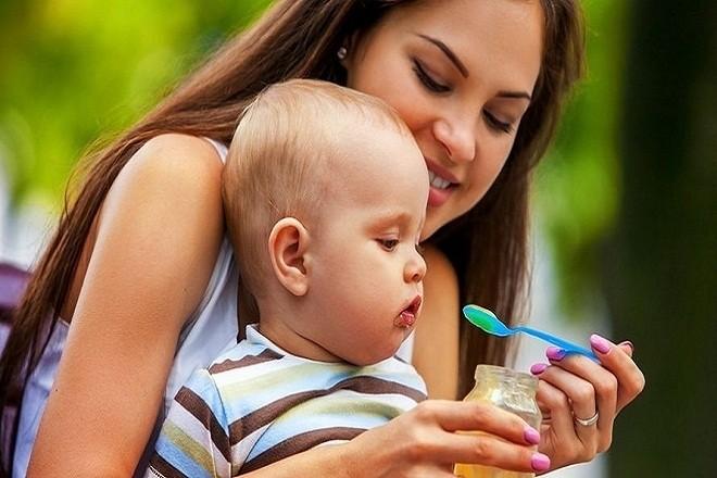 mẹ cho bé ăn sữa chua