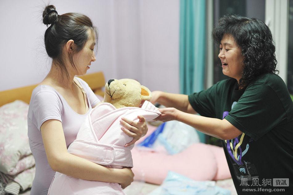 mẹ bầu tập bế em bé