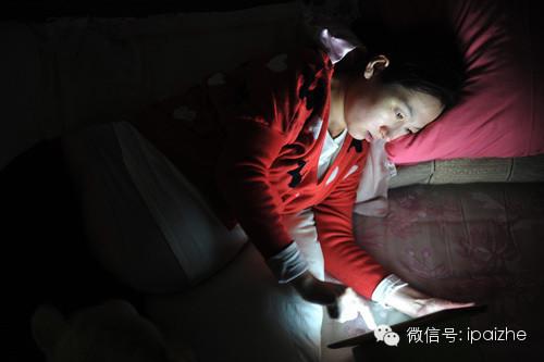 Mẹ bầu xem ipad trong đêm