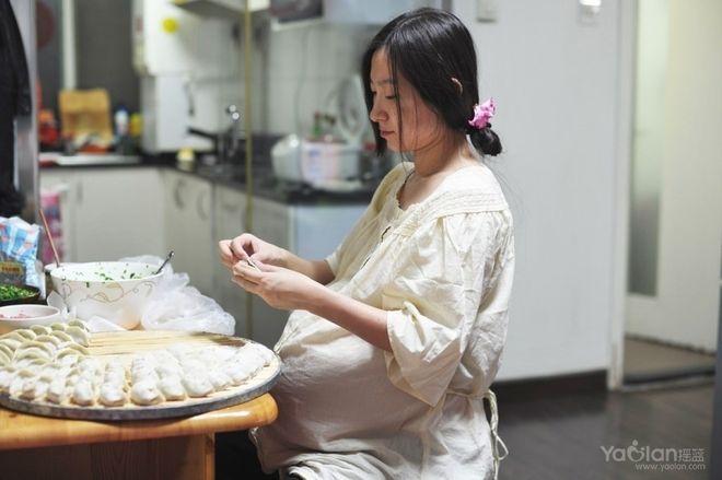Mẹ bầu làm bánh ngày tết
