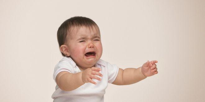 bé gái khóc