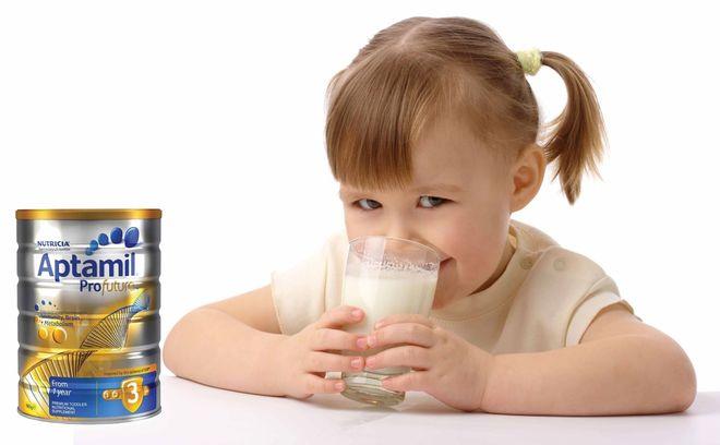 trẻ uống sữa