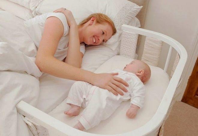 mẹ chơi với bé để bé tập thức buổi ngày