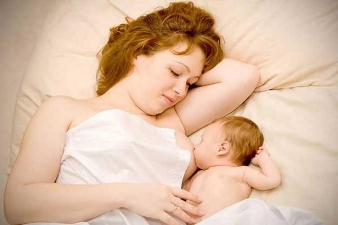 mẹ nằm cho con bú sữa