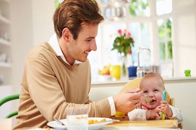 bố mẹ cần cho bé ăn dặm đúng thời điểm để tốt cho bé