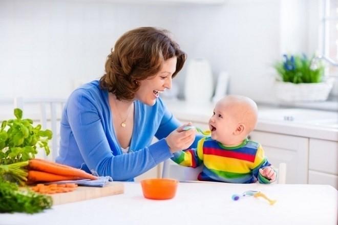 bé cười khi mẹ cho ăn những món ngon và dễ tiêu hóa
