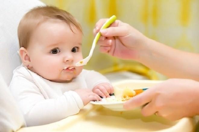 cho bé ăn theo nhu cầu chứ không nên ép con ăn nhiều
