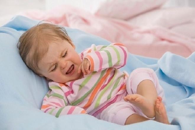 bé bị táo bón thường quấy khóc và khó chịu