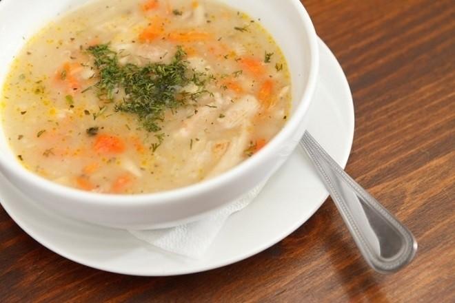 súp khoai tây cà rốt củ cải cho bé bị táo bón