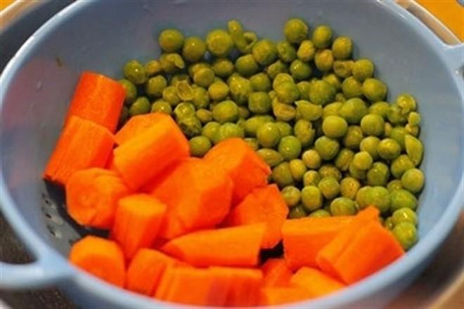 kết hợp cà rốt và đậu hà lan để nấu súp cho bé