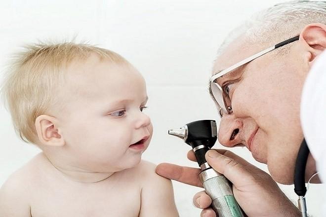 bác sỹ khám mắt cho bé
