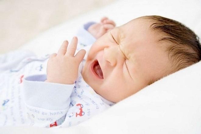 trẻ sơ sinh thở nhanh và khóc gắt
