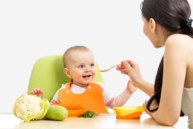 bé thoải mái khi ăn cùng mẹ