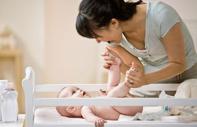 thực hiện động tác đạp chân là cách chữa táo bón cho trẻ sơ sinh hiệu quả