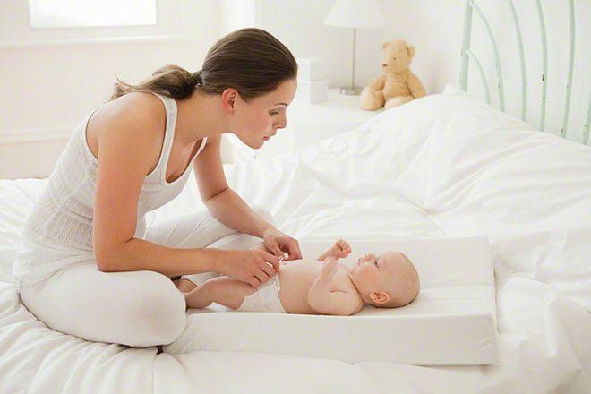 tập thói quen đi ngoài đúng giờ là cách chữa táo bón cho trẻ sơ sinh phổ biến