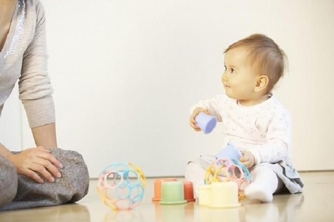 cho bé chơi đùa và tham gia nhiều hoạt động cùng bố mẹ
