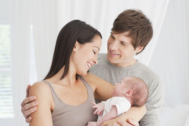 ba mẹ bế em bé