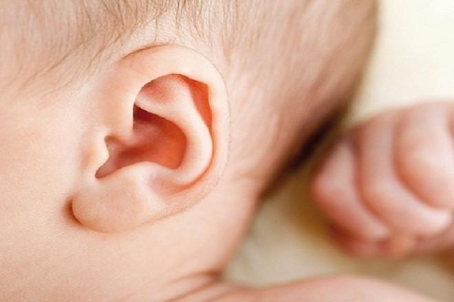 lỗ tai trẻ sơ sinh