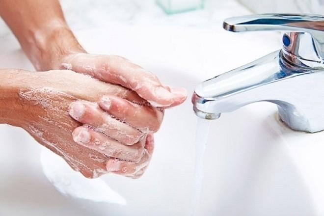 rửa tay thật sạch trước khi bế bé