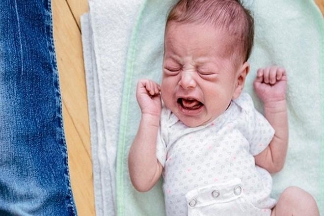 bé bị đau bụng khóc gắt