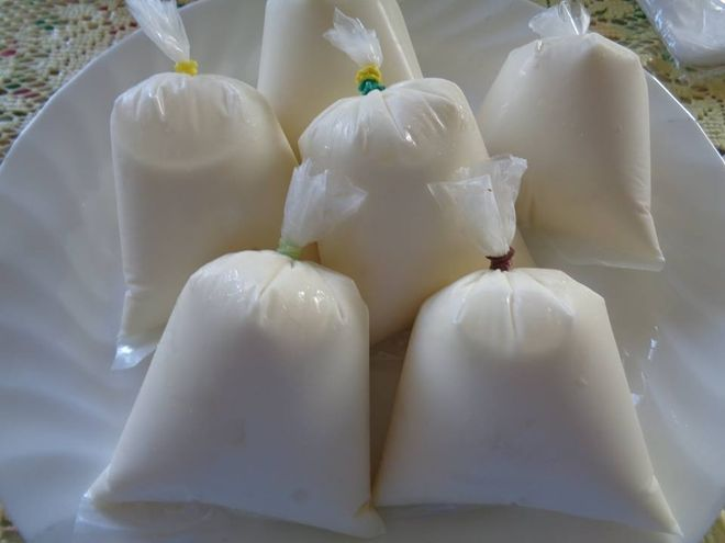 đổ nước cốt dừa vào túi nilon