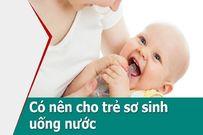Có nên cho trẻ sơ sinh uống nước sau khi bú sữa không?