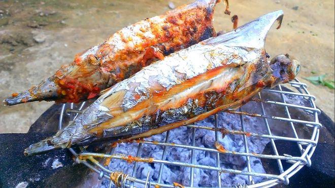 nướng cá trực tiếp trên bếp than hoa