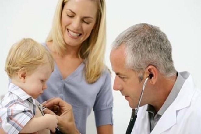 cho trẻ sơ sinh đi khám bác sĩ