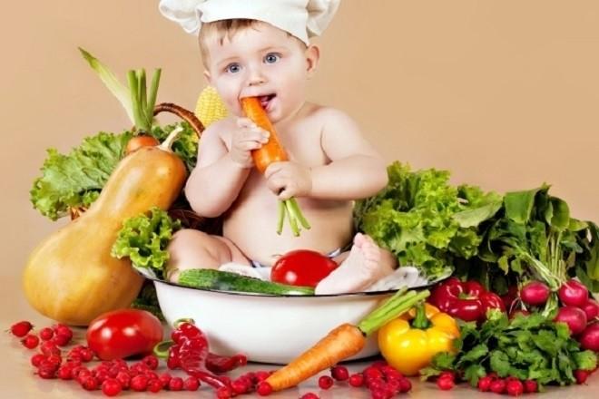 cho bé ăn nhiều rau củ quả để đi ngoài dễ hơn