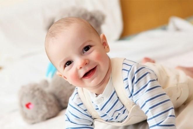 trẻ sơ sinh ít đi đại tiện nhưng vẫn tươi cười vui vẻ