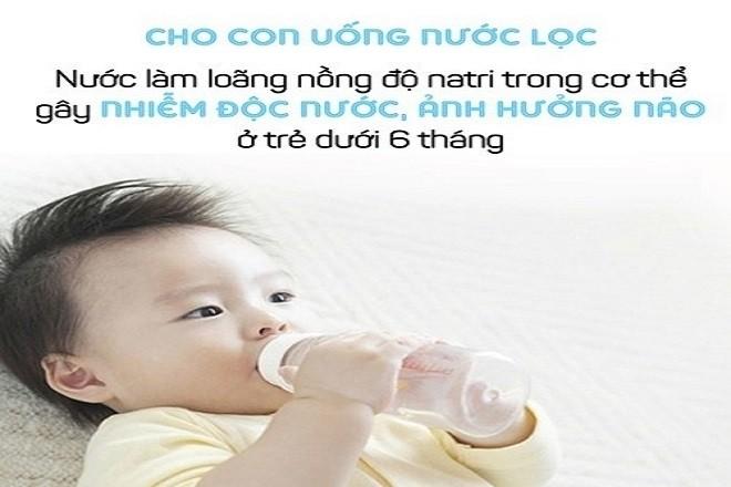 bé cầm bình nước