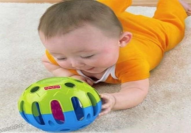bé 4 tháng chơi đồ chơi