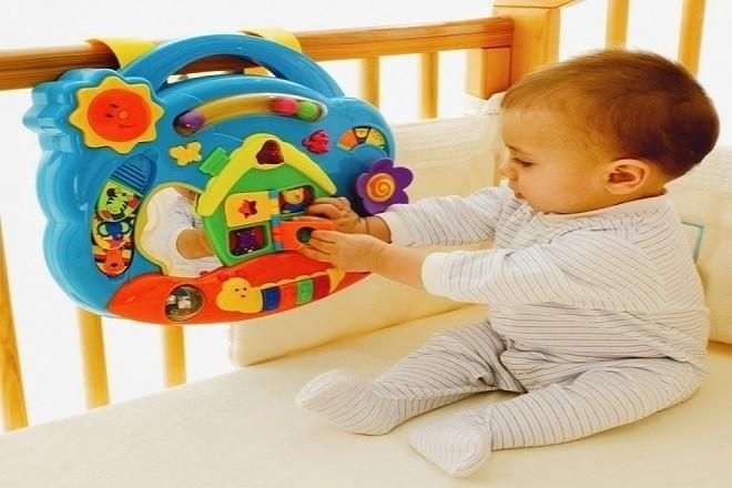 bé chơi đồ chơi
